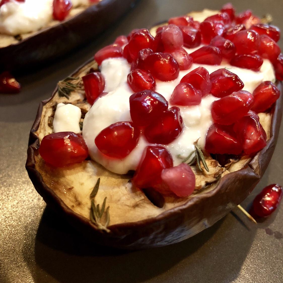 Aubergine met knoflookyoghurt van melkkefir en granaatappel