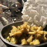 Corona lockdown dag 2: bloemkool curry met gefrituurde rijstevellen