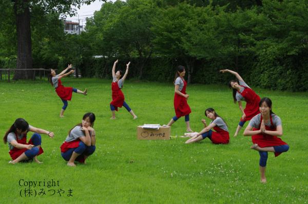草原で燥ぐ赤エプロン