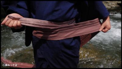 男性の角帯の結び方・胴に巻いていく1