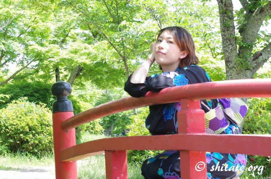 大沢の池・ポートレート・赤い橋に肘をつく黒い浴衣の女性