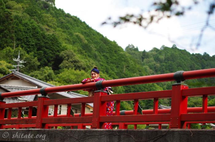 ポップな赤浴衣・橋の上