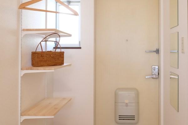 1Kデザイナーズ賃貸へロイヤル店舗内装用可動棚を設置。玄関の便利さアップとおしゃれ感を出すアイテム