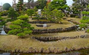 西益津小学校に築かれた田中城を模した庭園