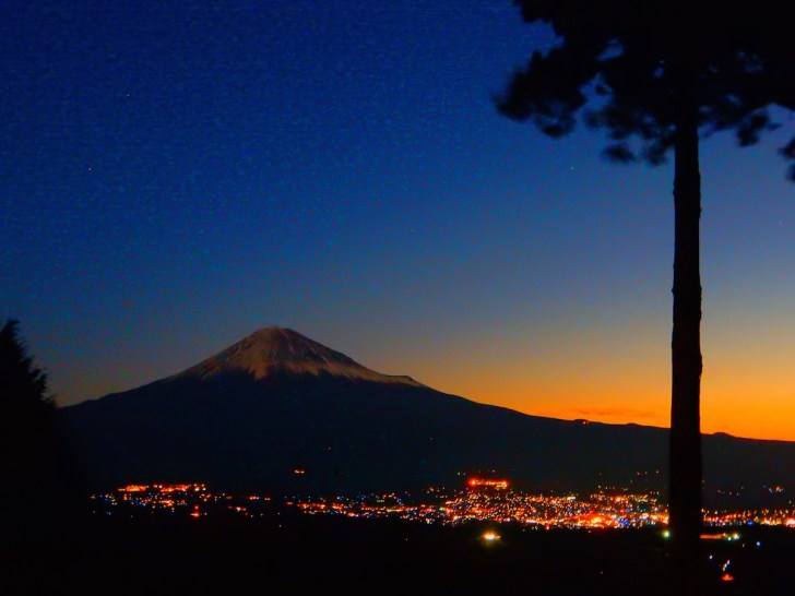 空が赤く染まる日の出前の眺望。眼下に富士宮の明かりが
