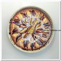 Творожный пирог со сливами и яблоками