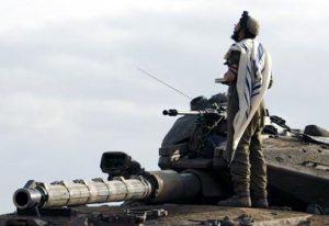 Солдат во время млитвы, одетый в талит и тфилин. Фото отсюда.