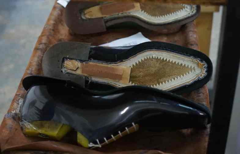 Here, a stripe attached to the upper leather and canvas strip with a chain stitch sewn with the Goodyear machine, and you can see here also a heel wreath located as a base for klaken and shank-support and the piece of leather that is to build the fiddle The waist.