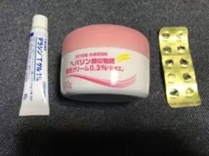 左から「ダラシンTゲル」「ヘパリン類似物質クリーム」「ミノマイシン錠」
