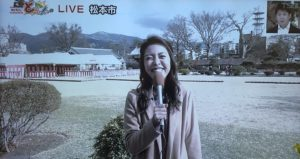 笑顔で応える小宮山知紗アナ