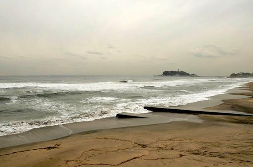 七里ガ浜の海岸からの波と江ノ島