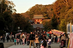 鎌倉初詣2014:夕日に染まる鶴岡八幡宮と提灯が照らす段葛