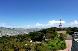 平塚湘南平のレストハウス展望台からのテレビ塔と大山や丹沢