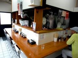 藤沢本町「藤沢白旗ラーメン號(ごう)」のカウンター