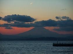 江ノ島弁天橋からの夕日と富士山