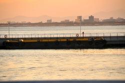 江ノ島弁天橋に衝突した台船