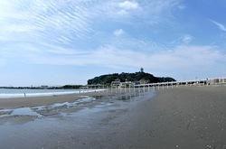 江ノ島のトンボロ現象で干潮時に海岸と地続きに