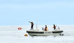 江ノ島片瀬海岸東浜海水浴場でレスキュー訓練する海上保安庁