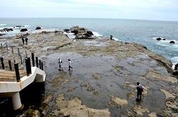 江ノ島のパワースポット江の島岩屋洞窟から見た江ノ島岩場
