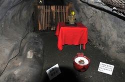 江ノ島のパワースポット江の島岩屋洞窟の日蓮の寝姿石