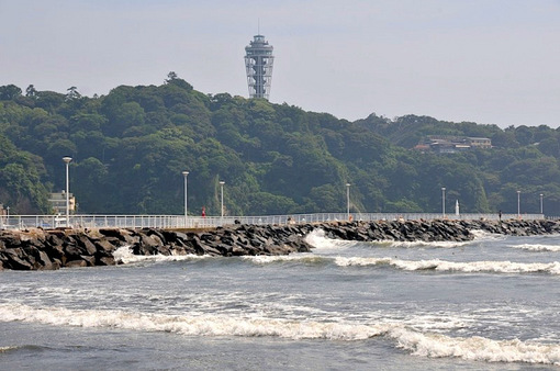 2014年7月8日台風8号のうねりと波が大きい江ノ島片瀬海岸西浜