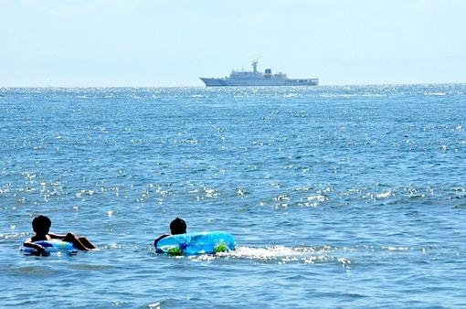 片瀬西浜海水浴場から江ノ島沖に停泊する海上保安庁最大級の巡視船あきつしま