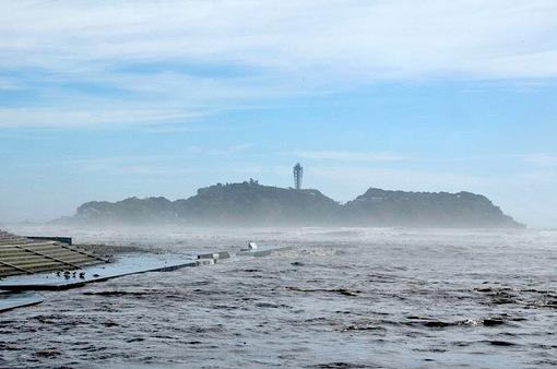 台風18号通過後に濁流が押し寄せる引地川河口からの江ノ島