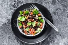 bunter Salat aus Belugalinsen, Bulgur, Tomaten und Felsdalat, Schüssel. Gabel,