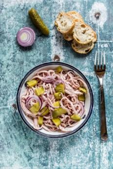 Wurstsalat mit roter Zwiebel und Essiggurke, Schüssel, Baguettescheiben