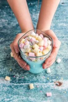 blaue Milch mit Marshmallows und bunten Zucherkonfetti, Unicorn milk, Studio