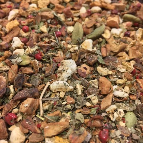 Früchte und Gewürze zu Tee gemischt
