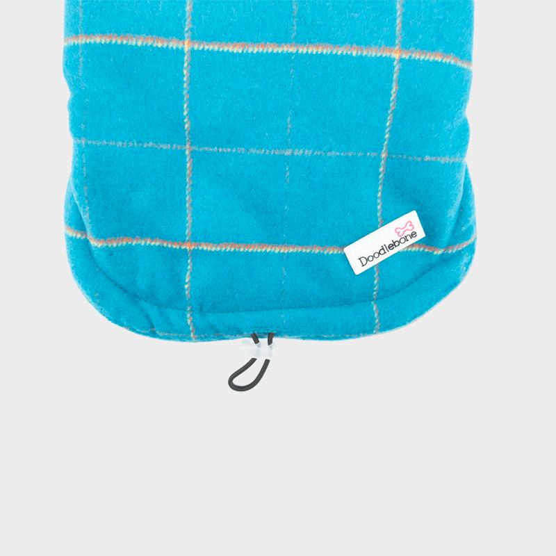 Detailansicht der blauen Tweedy-Hundejacke Doodlebone®
