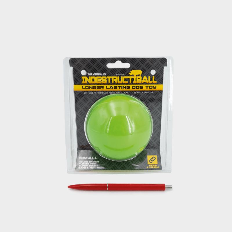 Indestructiball von Happy Pet – kleine, grüne Variante mit Kugelschreiber zum Größenverhältnis