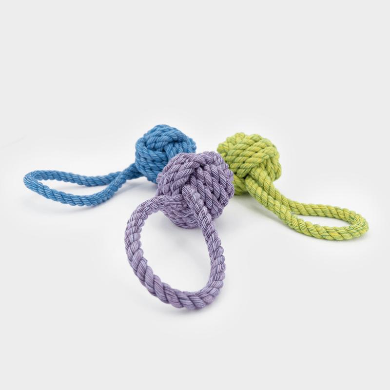 3 Größen und Farben des Nuts for Knots Balls mit Schlaufe liegend von Happy Pet