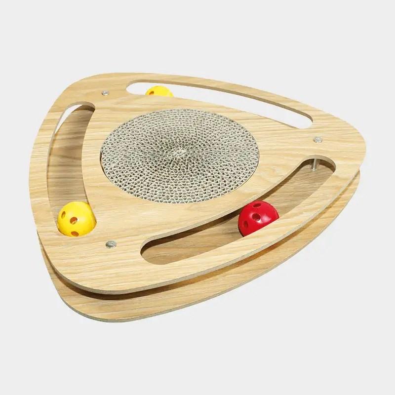 Angewinkelter Schnappschuss vom Katzenkratzer Geo von Happy Pet mit 3 bespielbaren Ballschienen und kreisförmiger Kratzpappe in der Mitte