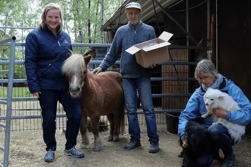 Melanie Baltes, Will und Gitta Geis (von links nach rechts) mit tierischer Begleitung