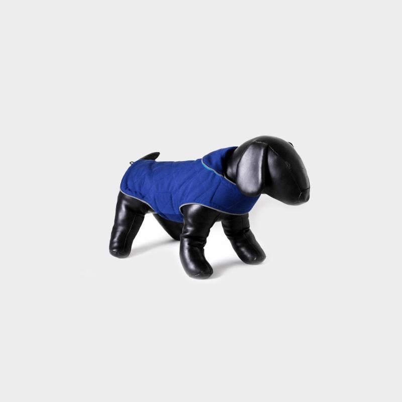 Ozeanblaue Tweedy-Hundejacke (Wendejacke) von Doodlebone® angelegt an schwarzen Hunde-Dummy