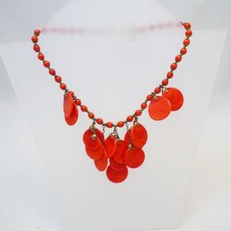 Collier aus roten Bakelitplättchen