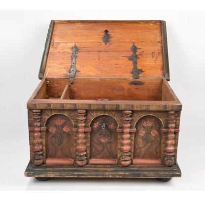 Rustikal gefasste Holz-Barocktruhe, wohl Deutschland, um 1720