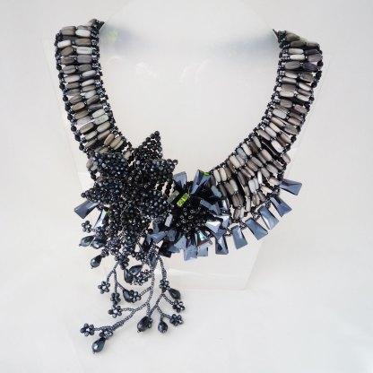 Collier aus schwarzem Kalkstein und schwarzen Swarovski Perlen