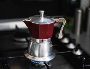 Espressokocher (Cafetiere) eignen sich sehr gut für die Herstellung von aromatisiertem Kaffee. Der heiße Wasserdampf extrahiert die Caferia Aromen perfekt