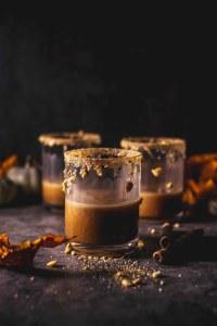 Pumpkin Spice Martini gibt es in unzähligen Rezeptvariationen. Wichtig ist vor allem, daß er nach Pumpkin Spice schmeckt. Mit Caferia Aromabohnen leicht gemacht.