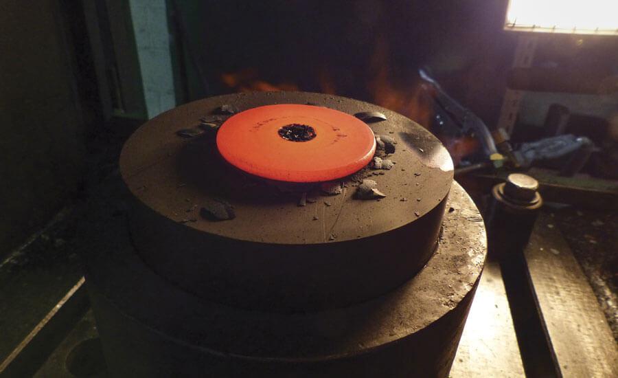 Рис. 4. Стальное кольцо нагревается до 1200° С (2192° F) до ковки.  Гранулы нагреваются до 200° С (392° F) для испытания на сжатие кольца.