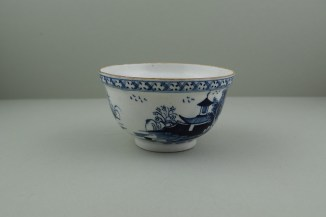 Lowestoft Porcelain Pagoda and Willow Pattern Scrier Base, C1780. 2