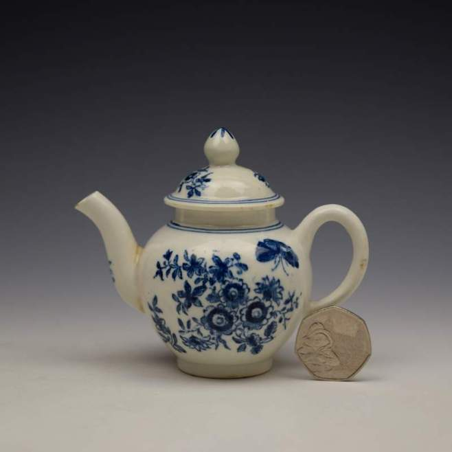 Lowestoft Three Flowers Pattern Toy Teapot and Cover c1770-80 (1)