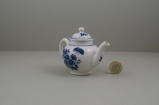 Lowestoft Porcelain Three Flowers Pattern Toy Teapot and Cover, C1770-85 (4)