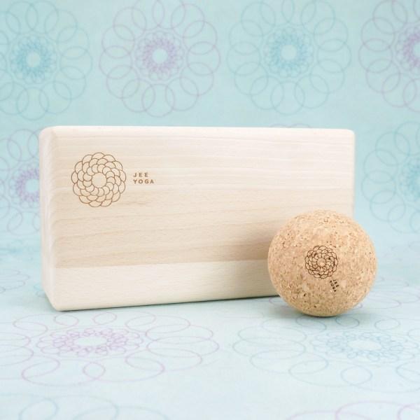 drewniana kostka do jogi i piłka roller do masażu