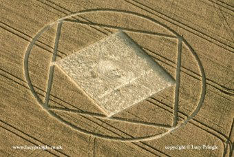 A square circumscribed by a circle, with another square within that its corners touching the centre points of the larger square's sides. The inner square contains a complex 'star' pattern of flattened wheat drawn by joining the end points of a nine square grid.