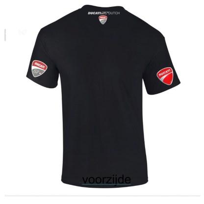 zilvergrijs neklogo op achterzijde van een zwart shirt.
