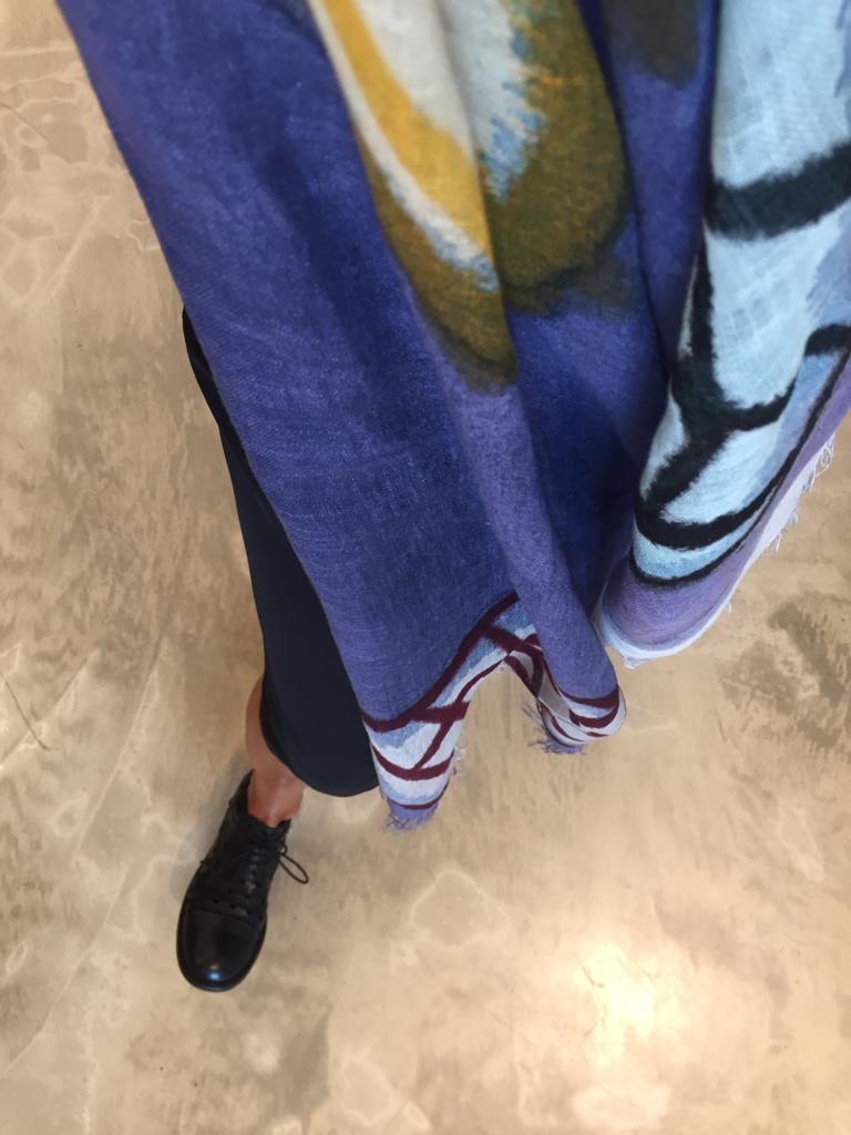 Grande sciarpa in lino, dipinta a mano.